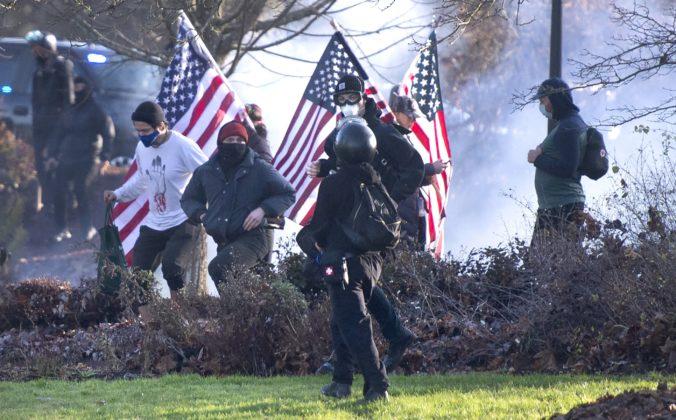 Do ulíc vyšli podporovatelia Trumpa a ďalšie skupiny, pri násilnostiach sa zranili aj policajti