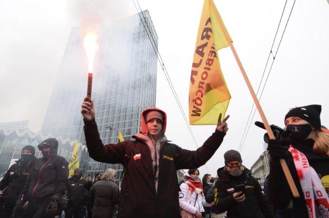 """Nahnevaní Poliaci protestovali pred domom Kaczynského a kričali """"Zvrhneme vládu"""""""