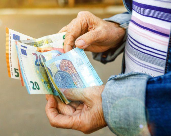 Priemerný starobný dôchodok sa blíži k hranici 500 eur, vzrástol však aj počet penzistov