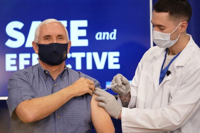 Americký viceprezident Mike Pence sa nechal zaočkovať v priamom prenose