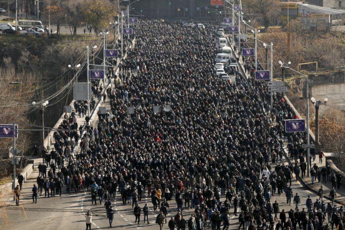 Arméni si uctili obete bojov v Náhornom Karabachu, počas demonštrácií žiadali Pašinjanovu demisiu