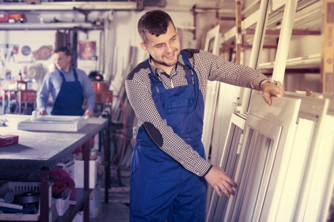 Počet cudzincov pracujúcich na Slovensku počas koronakrízy opäť klesol, najviac ostáva Ukrajincov