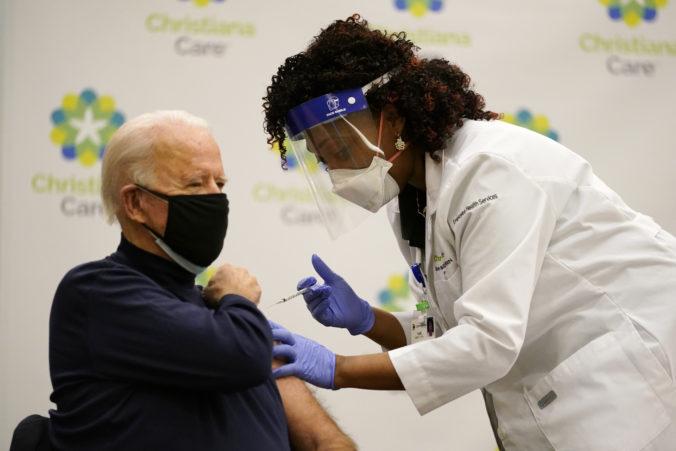 Novozvolený prezident Joe Biden sa nechal zaočkovať proti COVID-19 v priamom prenose (video)