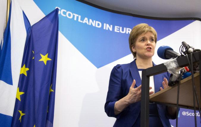 Prvá ministerka Sturgeonová si počas pohrebu zložila rúško, za svoje konanie sa ospravedlnila