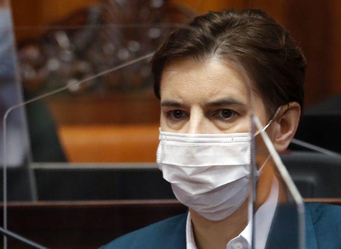 Srbská premiérka sa dala zaočkovať v priamom prenose, aby ukázala bezpečnosť vakcíny proti koronavírusu (video)
