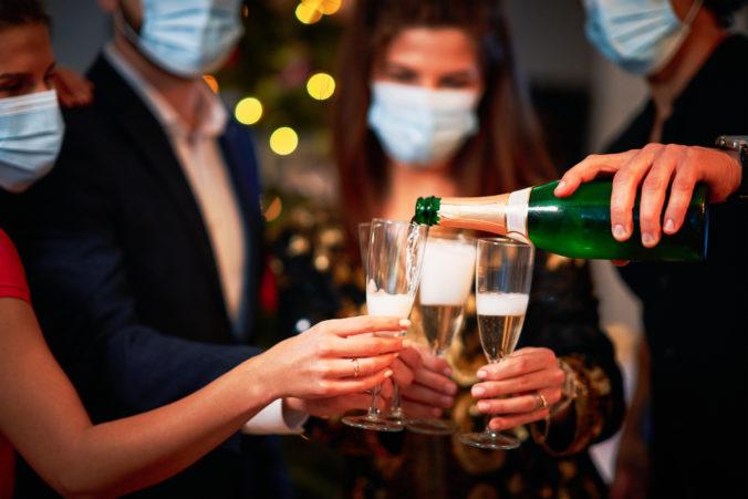 Ľudia by mali zostať doma a neriskovať silvestrovskými návštevami, vyzýva k disciplíne Úrad verejného zdravotníctva