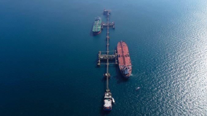 Na ropnom tankeri v Perzskom zálive našli pripnutú námornú mínu, špecialisti sa ju snažia zneškodniť