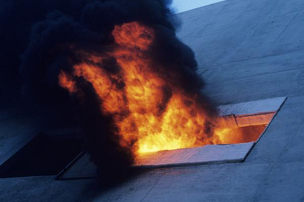 V Kutnej Hore horela ubytovňa, staršia žena zahynula a ďalšie osoby sa zranili (video)