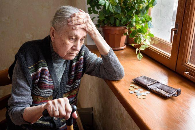Dôchodcovia začínajú dostávať zvýšené penzie, porástli o pevnú sumu alebo percentuálne