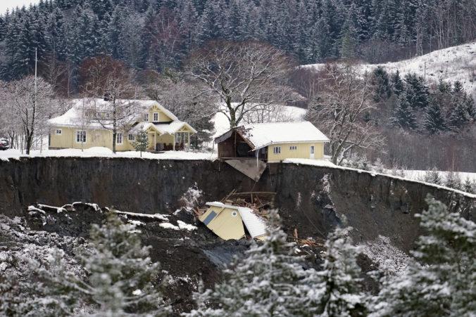 Po zosuve pôdy zmizla v obrovskej diere cesta aj domy. Nórske úrady už nedúfajú v nájdenie živých osôb