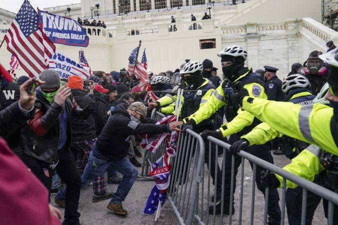 Podporovatelia Trumpa vtrhli do Kapitolu, Kongres musel prerušiť zasadnutie (video)
