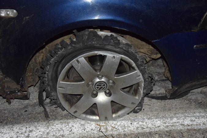 Policajt použil služobnú zbraň, vodič nereagoval na výzvu zastaviť auto (foto)