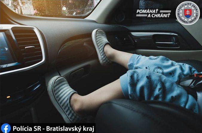 Opitý vodič posadil trojročného chlapca na sedadlo spolujazdca, doma bola pod vplyvom aj matka