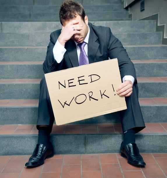 Žiadateľov o podporu v nezamestnanosti v USA klesol, stále však zostáva obrovský