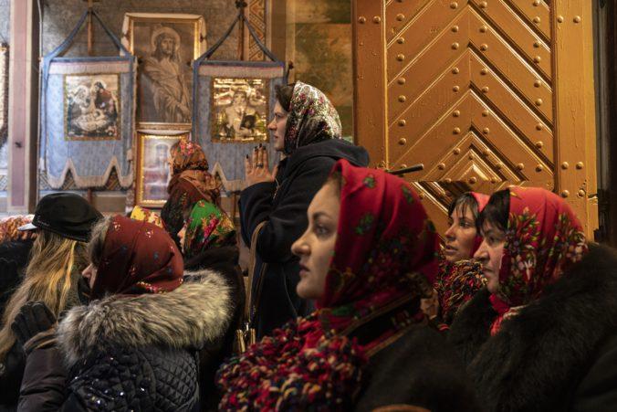 Natlačení bez rúšok v kostole bozkávali ikony. Aj takto oslavovali na Ukrajine pravoslávne Vianoce