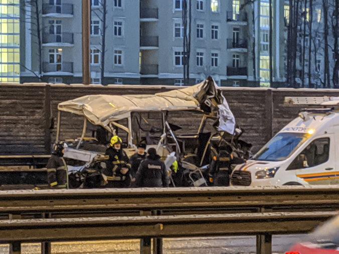 Neďaleko Moskvy došlo k tragickej dopravnej nehode, kamión vrazil do konvoja vojenských autobusov