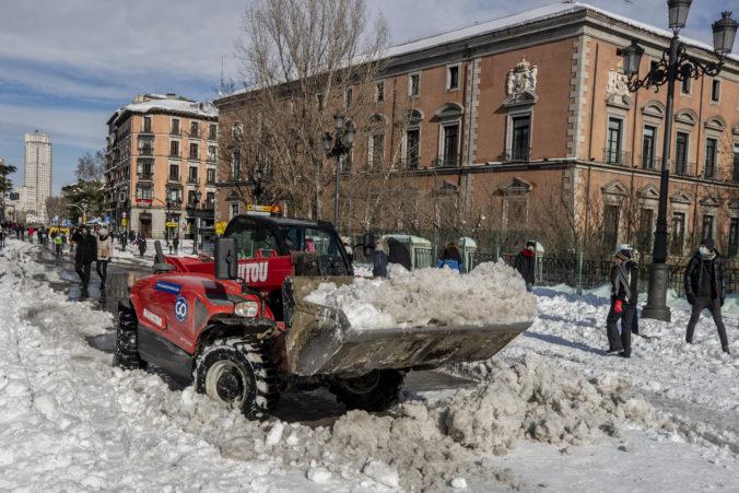 Španieli po snehovej búrke spriechodnili cesty a z áut vyslobodili stovky uviaznutých ľudí