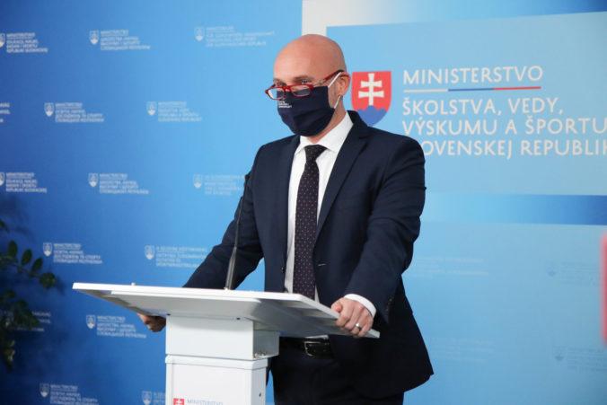Minister školstva Branislav Gröhling sa svojho magisterského titulu nevzdá