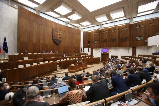Okamžité zvolanie schôdze parlamentu je pri splnení podmienok logické, tvrdí právnik