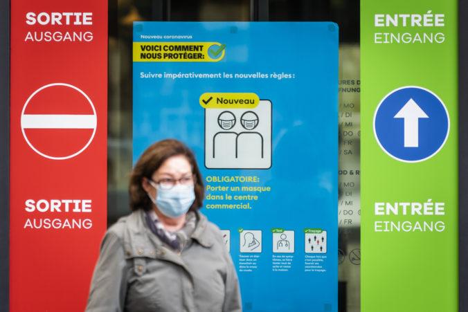 Švajčiarsko reaguje na nový variant koronavírusu, zavádza prísnejšie opatrenia