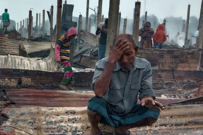 Utečenecký tábor Rohingov v Bangladéši zasiahol požiar, zničil príbytky tisícok ľudí