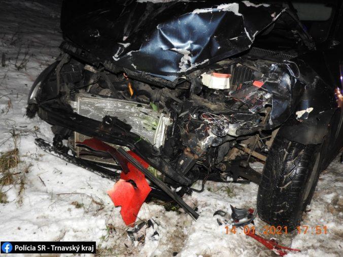 Renault po zrážke s Octaviou odhodilo do protismeru a čelne sa zrazil s Volkswagenom