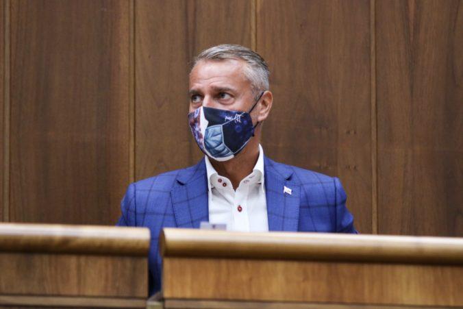 Matovičova vláda na dva dni prerušila zákaz vychádzania, podľa Rašiho ide o hazard so zdravím obyvateľov (video)
