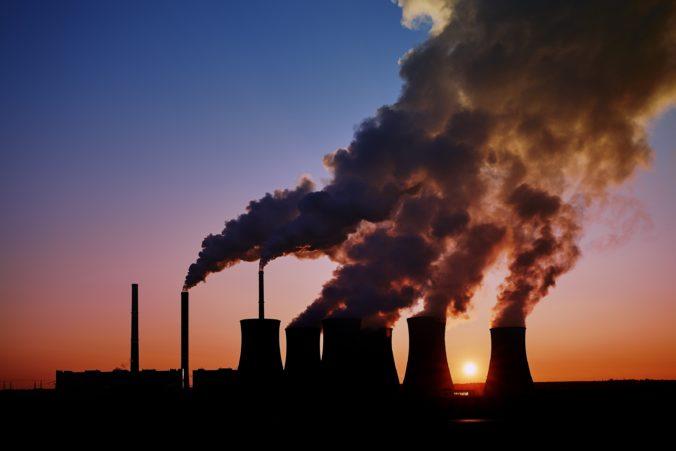 Súd v USA zrušil zmiernenie emisných limitov elektrární, ktoré presadil Trump
