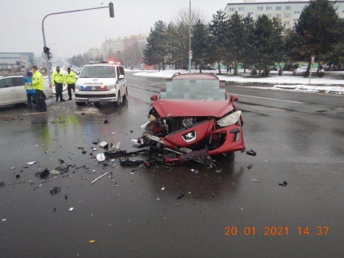 Auto sa vo Zvolene zrazilo so sanitkou prevážajúcou pacienta, zranili sa dvaja ľudia (foto)