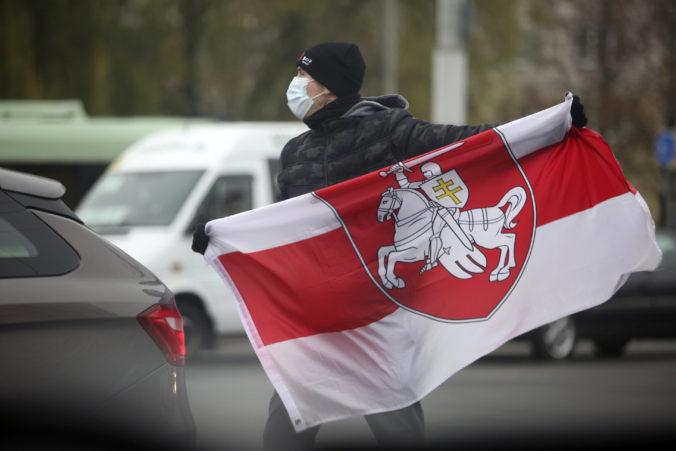 V Minsku sa opäť obnovili protesty proti Lukašenkovi, polícia zatkla asi stovku ľudí
