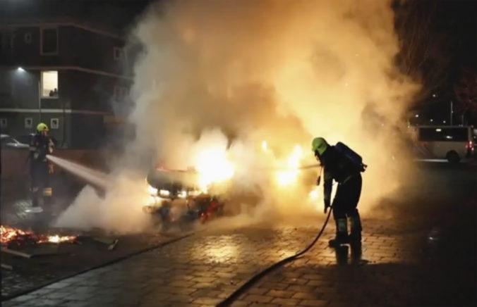 Holanďania sa búria voči bezpečnostným opatreniam, ničia ulice a rabujú obchody (video)