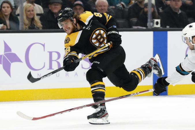 Pastrňák sa po operácii vráti do zostavy Bruins skôr než sa čakalo, má už za sebou aj kontaktný tréning