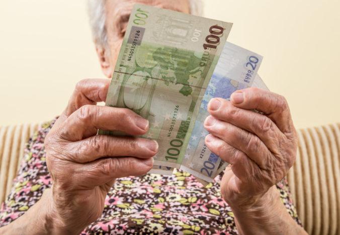 Záujem o dôchodky vyplácané na ruku klesá, Sociálna poisťovňa poslala na bankové účty vyše milióna dávok