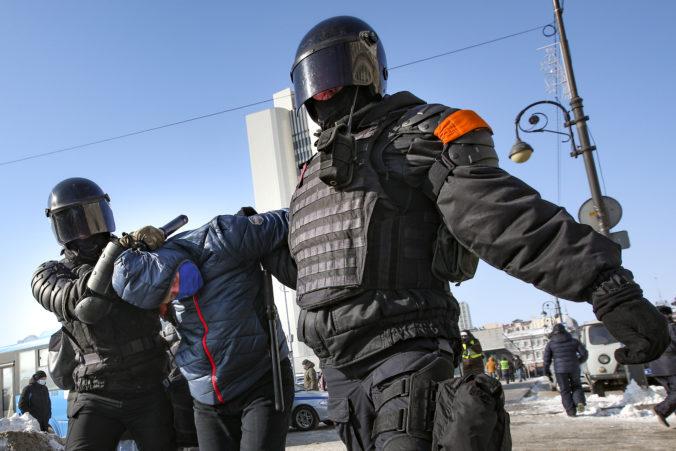Pri protestoch za prepustenie Navaľného zadržala ruská polícia tisíce ľudí, niektorých zbili