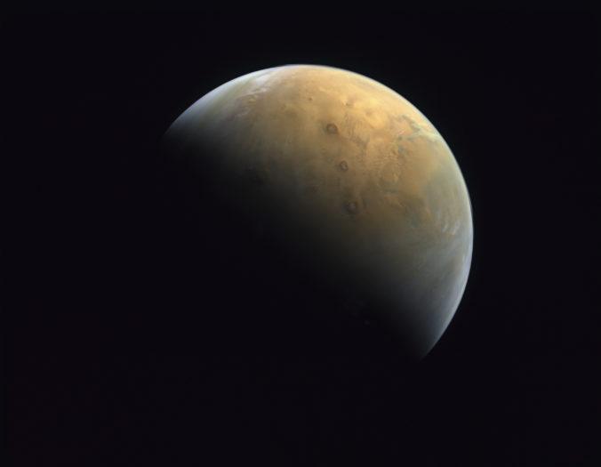 Spojené arabské emiráty ukázali prvú fotografiu Marsu, ktorú spravila sonda Amal