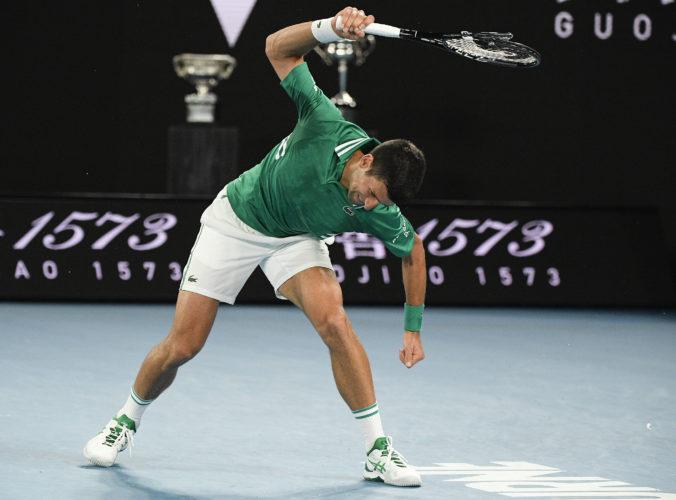 Djokovič si zahrá semifinále na Australian Open, v dueli so Zverevom zničil raketu (video)
