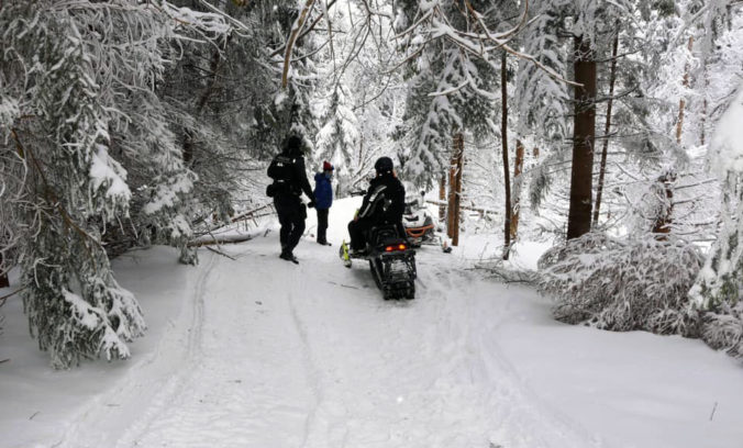 Poliaci sa vozili na snežných skútroch v chránenej krajinnej oblasti, zadržala ich polícia (foto)