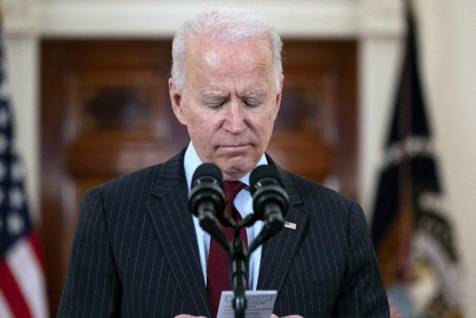 Biden si uctil obete koronavírusu, ochoreniu podľahlo už viac Američanov ako v oboch svetových vojnách