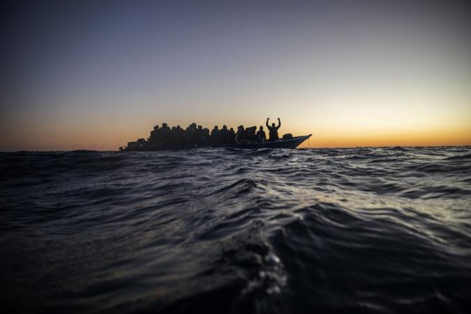 V Stredozemnom mori sa prevrátila ďalšia loď s migrantmi, o život prišlo minimálne 41 ľudí