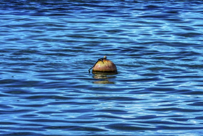 Námorník prežil po páde z lode 14 hodín v Tichom oceáne, zachránil ho kus morského odpadu