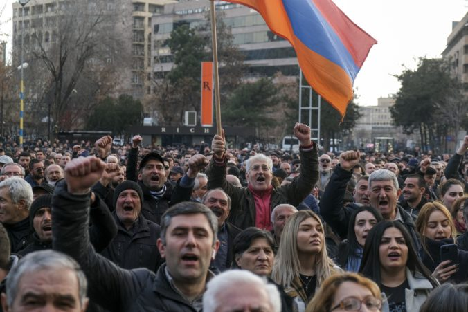 Politické napätie v Arménsku neutícha, premiér Pašinjan odmieta rezignovať
