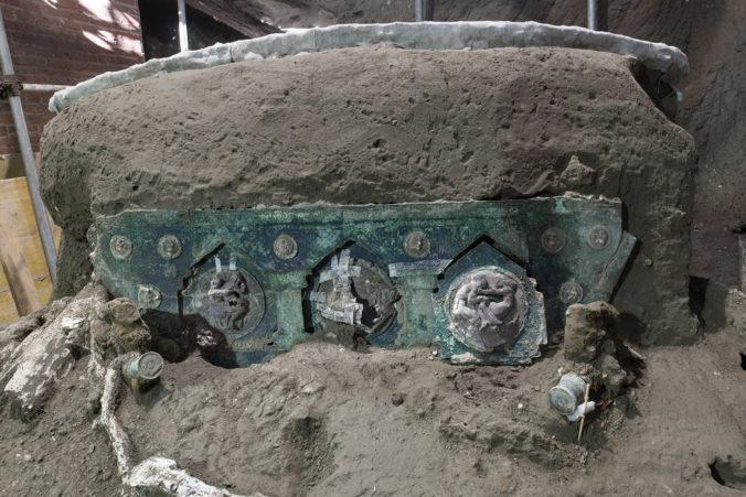 V Pompejach našli neporušený koč používaný na slávnostné obrady, označili ho za výnimočný objav