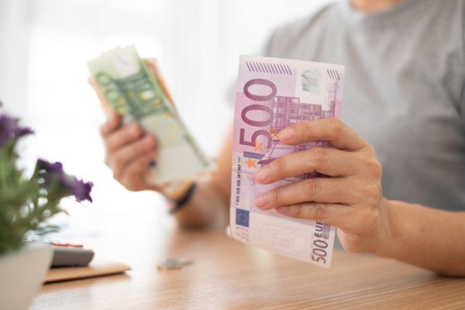 Väčšina firiem napriek koronakríze neznižovala mzdy, niektoré ich dokonca zvýšili