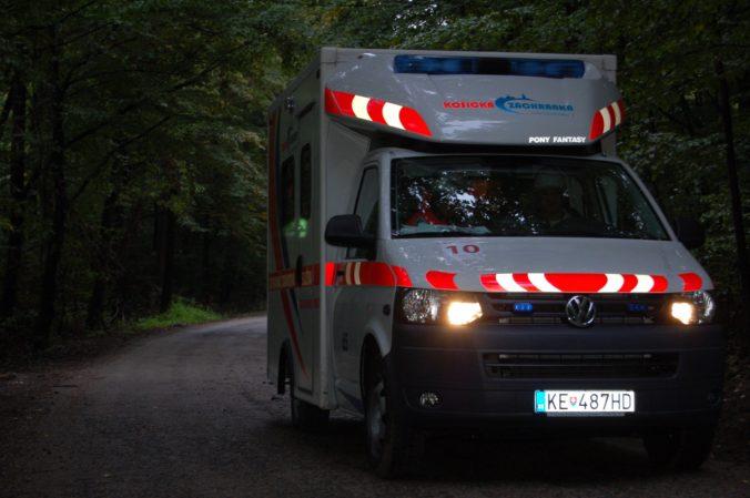 Pacient udrel päsťou lekára a kopol záchranárku. Košické posádky rýchlej pomoci čelia útokom