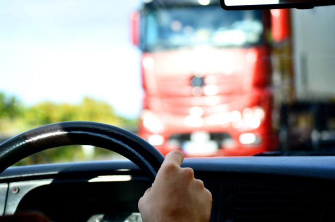 Zrážka kamióna s mikrobusom skončila tragicky, o život prišlo najmenej 18 ľudí a ďalší sú zranení