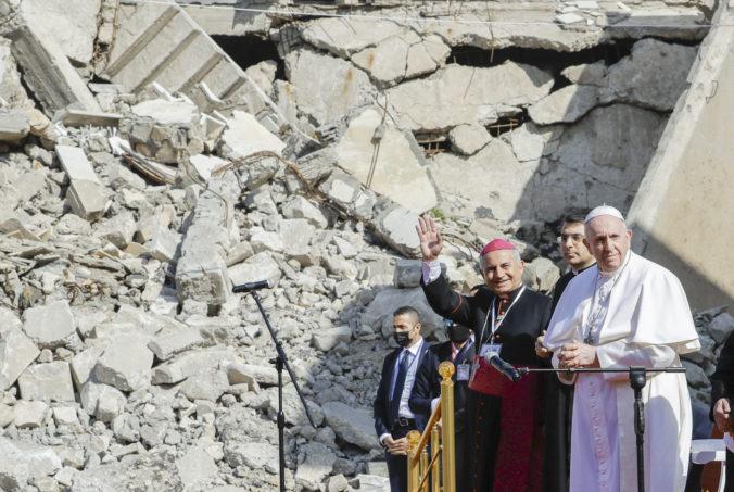 Pápež František sa pri ruinách kostolov v Mosule modlil za Iračanov, ktorí zomreli vo vojne