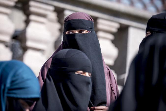Vo Švajčiarsku prebieha referendum, ktorým chcú zakázať zahaľovanie tváre na verejnosti