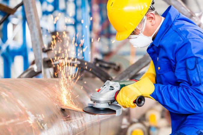 Robotníci vo výrobe by nemali nosiť respirátory FFP2, upozorňuje asociácia a žiada od vlády úpravu pravidiel
