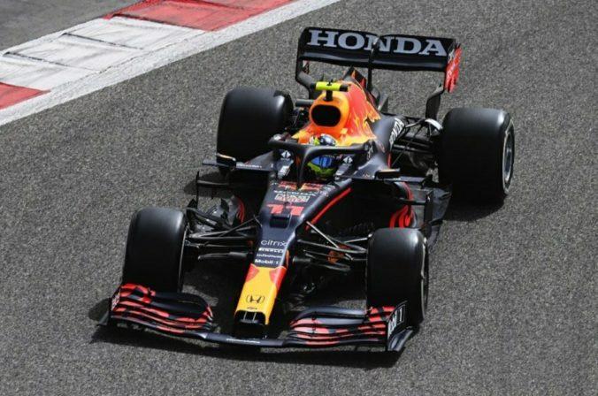Pretekárovi F1 Perézovi počas testovacích jázd odletel kryt motora, ohrozoval ďalších jazdcov (video)