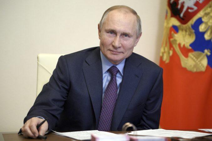 Vladimir Putin sa nechá zaočkovať proti koronavírusu, typ vakcíny nešpecifikoval